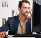 barbat care lucreaza la calculator
